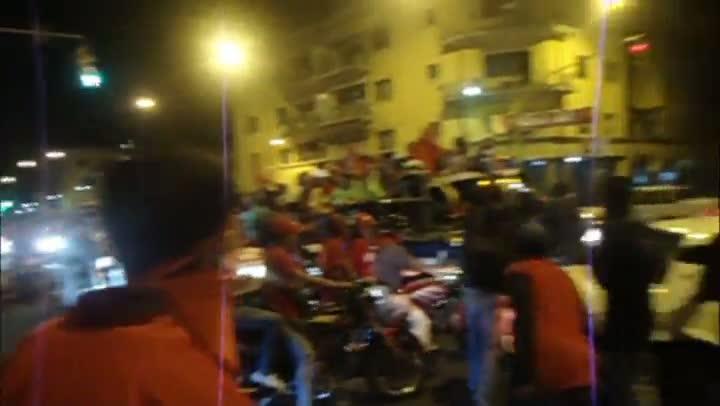 Povo comemora a reeleição de Hugo Chávez nas ruas de Caracas