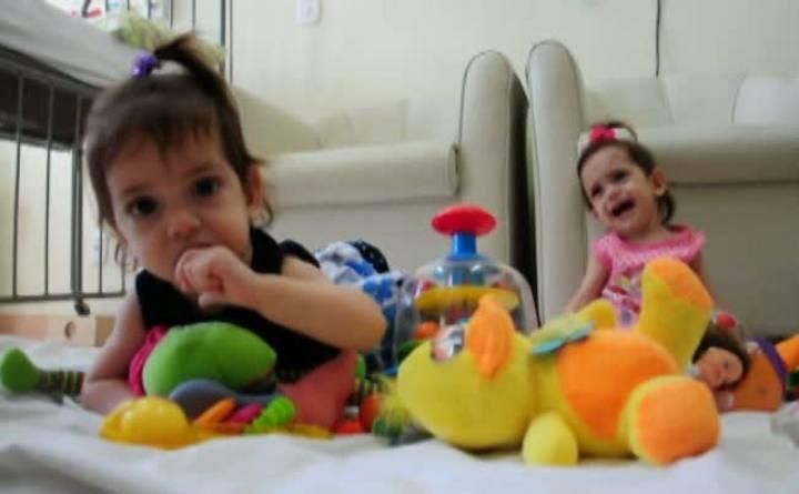 Gêmeas siamesas comemoram um ano em Passo Fundo