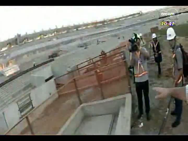 """TVCOM 20 Horas - Especial \""""1 ano para a Copa\"""": acompanhe o passeio de Léo Saballa Jr pelas obras do estádio Beira-Rio - Bloco 4 - 12/06/2013"""