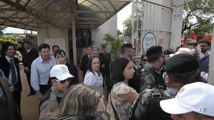 Centenas acompanham novo enterro de Jango