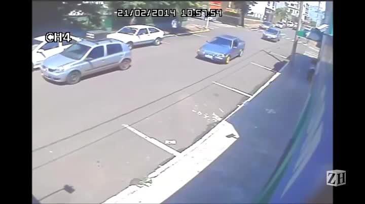 Homem vê assalto e atropela bandidos em Estrela