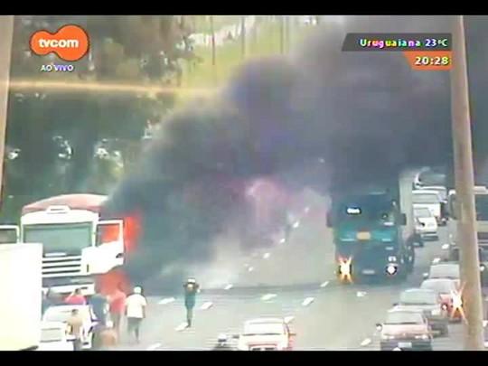 TVCOM 20 Horas - Caminhão pega fogo e complica trânsito na BR-290 - 03/11/2014