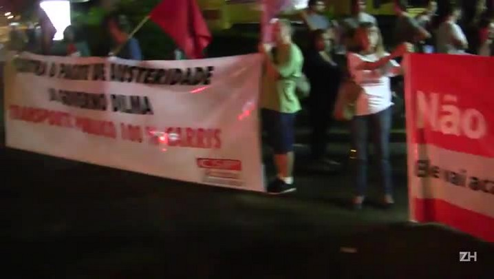 Manifestantes cantam durante paralisação dos rodoviários da Carris