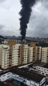 Fumaça pode ser vista de longe em incêndio em Joinville. Imagens: Gustavo Buettgen