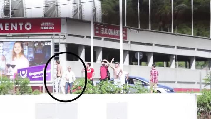 Veja o momento em que um homem armado intimida torcedores do Inter