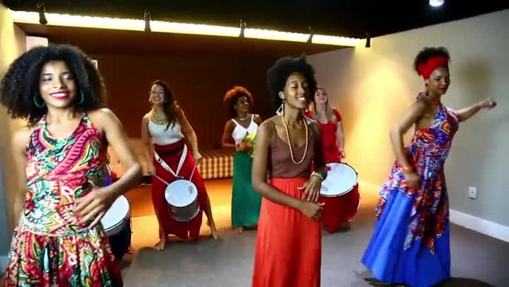 Mulheres unem dança e música no grupo Cores de Aidê
