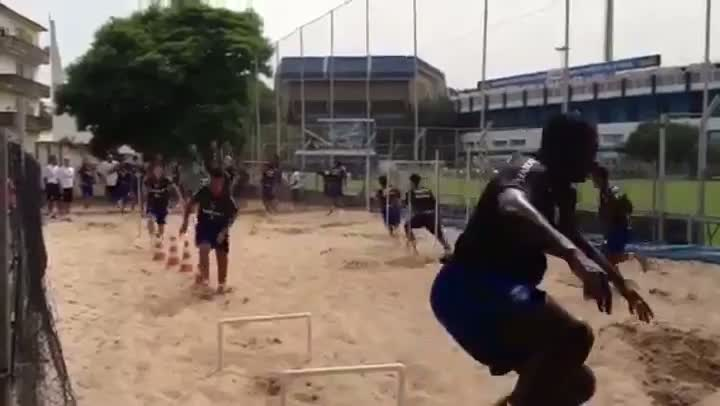 Jogadores do Grêmio fazem treino físico na caixa de areia do Olímpico