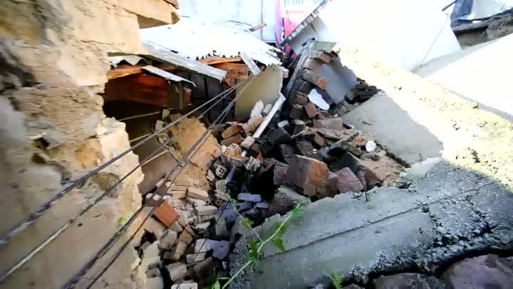 Temporal derruba muro sobre casa em Porto Alegre