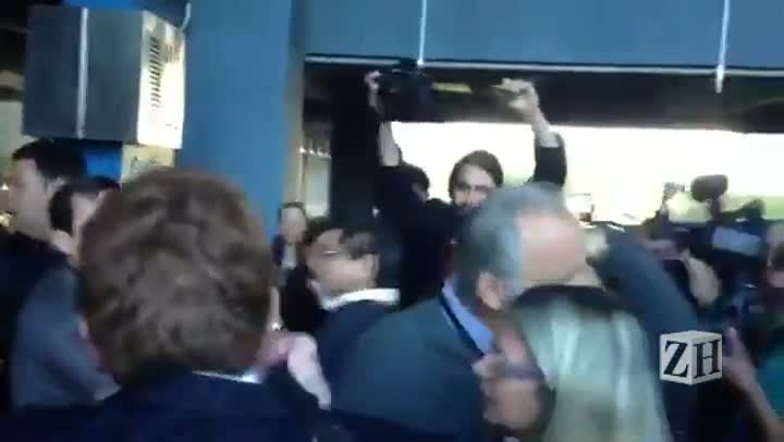 Veja momento da briga entre servidores e manifestantes no Centro Administrativo