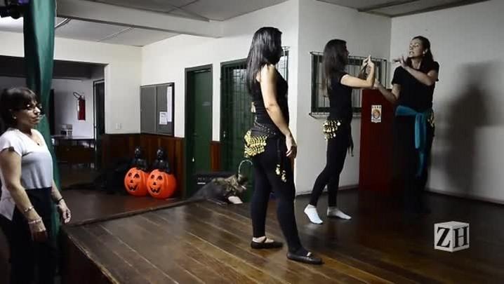 Surdas aprendem dança do ventre em projeto