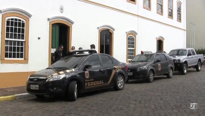 Veja movimentação em frente à prefeitura de Triunfo