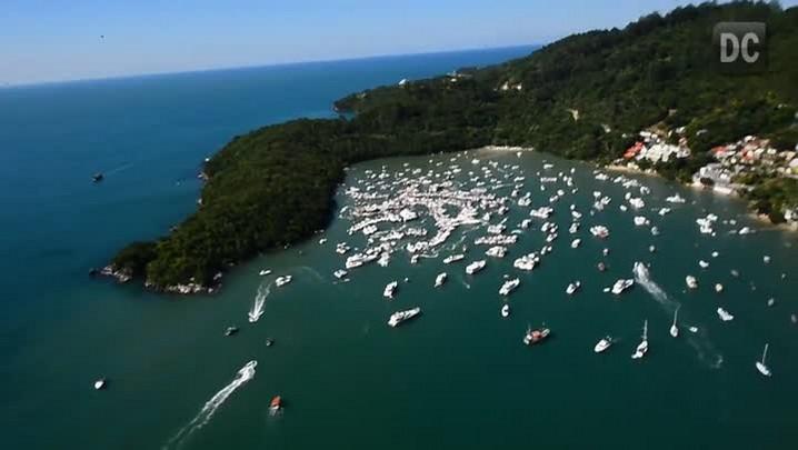 Visão aérea do carnaval no mar da bacia do Caixa D\'Aço em Porto Belo