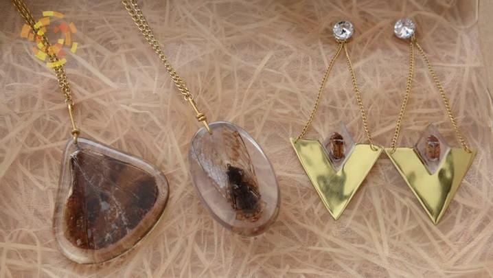 Artista faz joias com insetos e chama a atenção