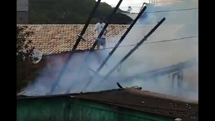 Fogo destrói casa de madeira