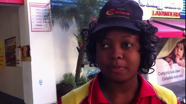 Conheça a haitiana que trabalha como frentista em posto de gasolina da Capital