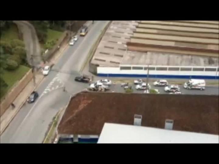 Polícia prende dois homens por roubo de carro após perseguição em Joinville