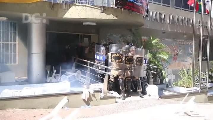 Manifestação gera confronto em frente à Câmara de Vereadores