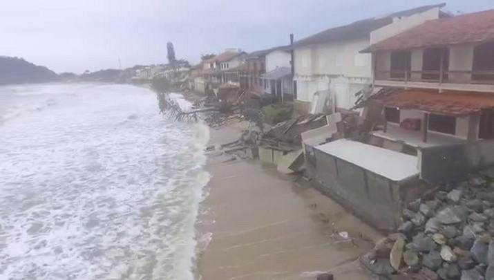 Vídeo mostra estragos após ressaca em Barra Velha