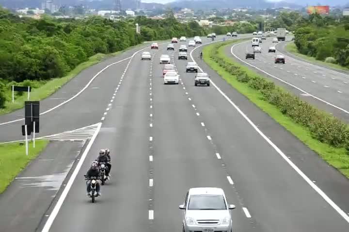 Retorno do litoral - Movimento na freeway na altura de Cachoeirinha, às 10hs.