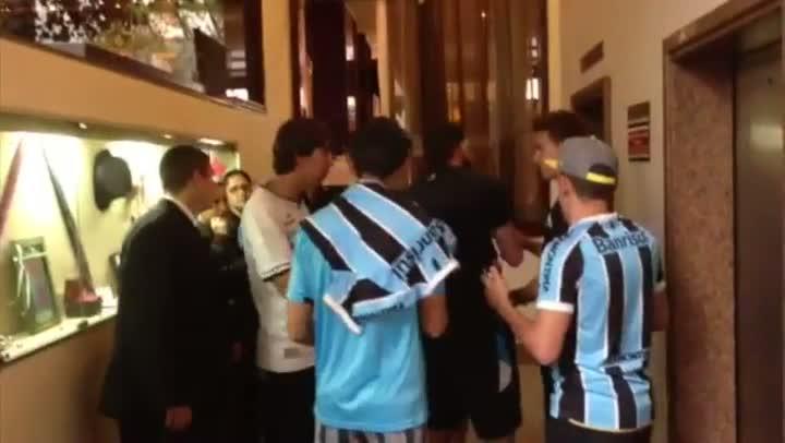 Antes da partida contra o Goiás, jogadores do Grêmio atendem torcedores em goiania - 03/09/2013