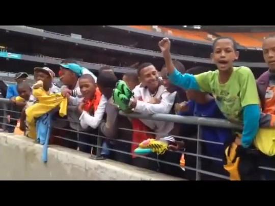 Muita alegria e cantoria das crianças que acompanham treino do Brasil - 04/03/2014