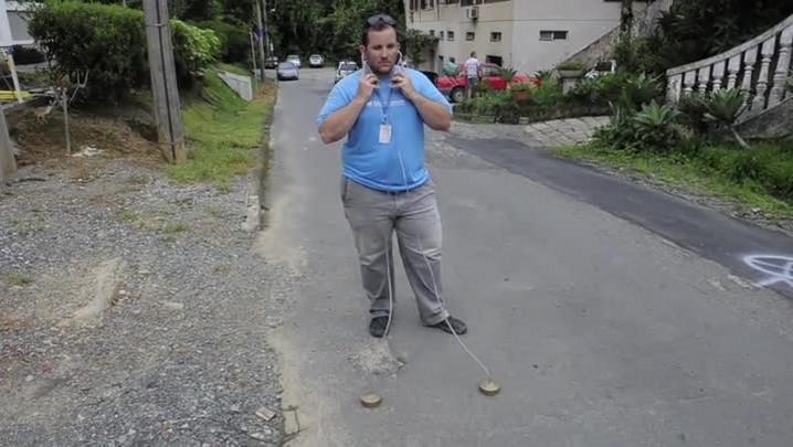 Equipe da Águas de Joinville procura vazamentos