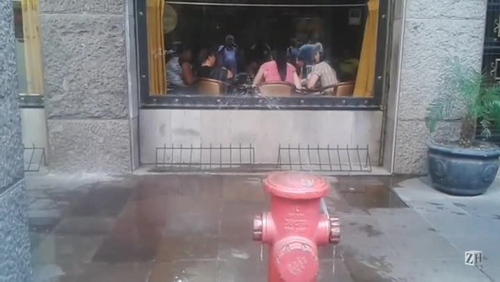 Vazamento de hidrante no Centro de Porto Alegre