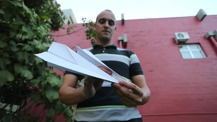 Campeão brasileiro de arremesso de avião de papel ensina a fazer um aviãozinho perfeito