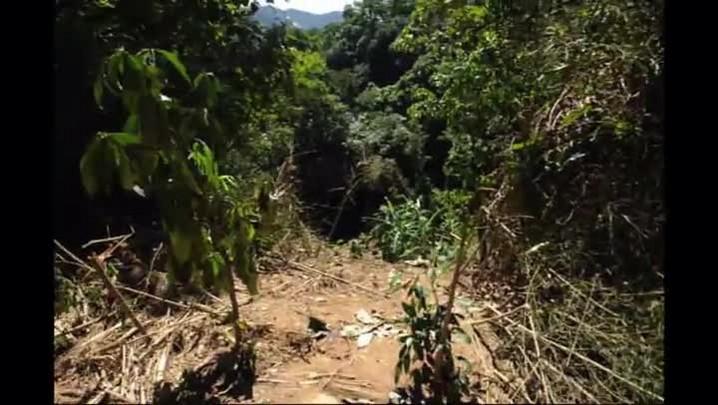 Objetos das vítimas e pedaços de ônibus ainda estão espalhados em local de acidente na Serra