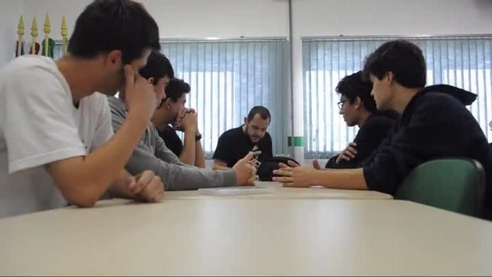 Alunos de mecânica em Joinville encenam contos em vídeos bem-humorados