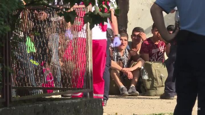 Migrantes entram na Croácia após fechamento da fronteira húngara