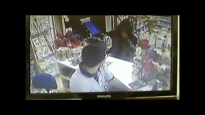 Câmera flagraação de bandido durante assalto a padaria