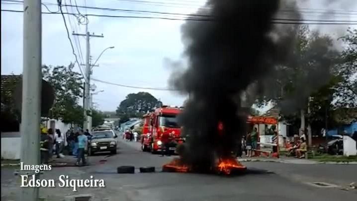 Moradores da Vila Kennedy queimam pneus em protesto contra a falta de luz