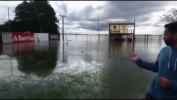 Campos do CT Parque do Gigante estão cobertos pela água do Guaíba