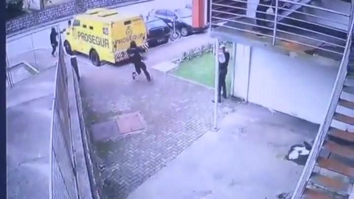 Assaltantes rendem vigilantes e levam malotes de carro-forte