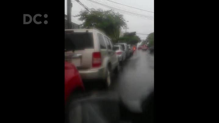 Flagrante de carros estacionados na ciclofaixa em Canasvieiras
