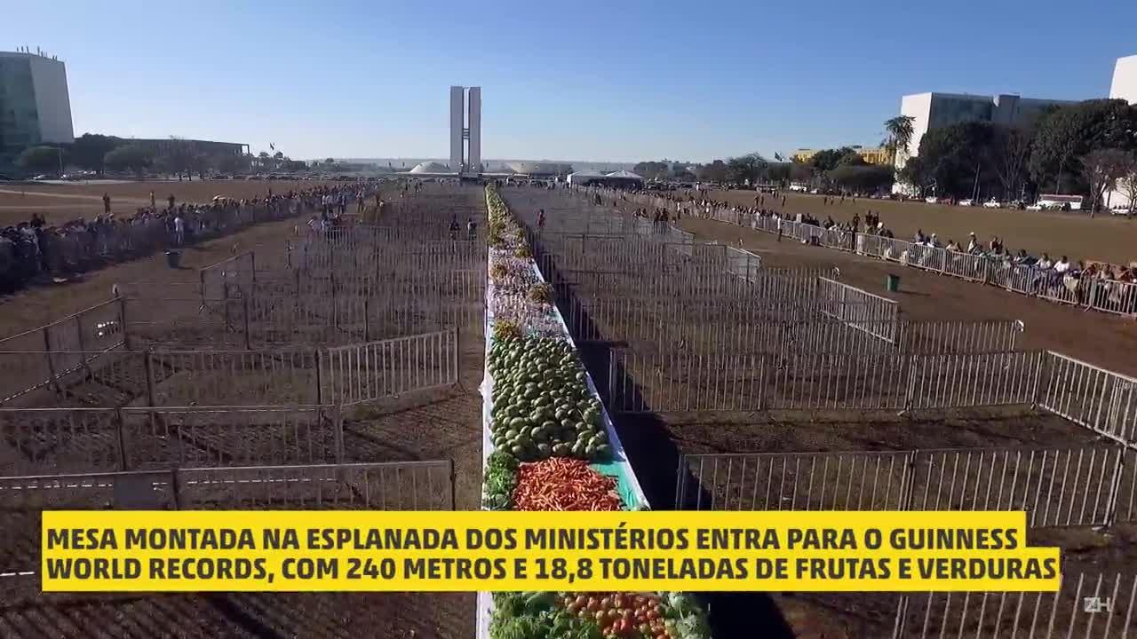 Mesa gigante de frutas bate recorde mundial