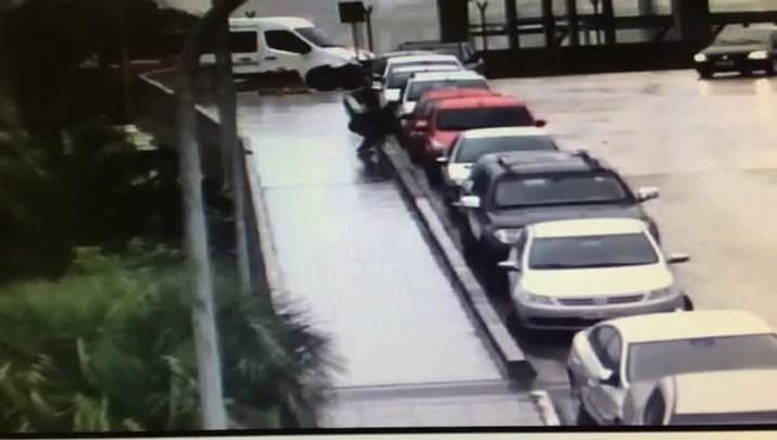 Imagens flagram homem arrombando veículos no estacionamento do aeroporto