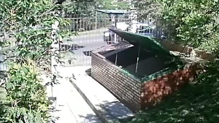 Polícia divulga imagens da chegada de suspeitos de matar mulher em parada de ônibus