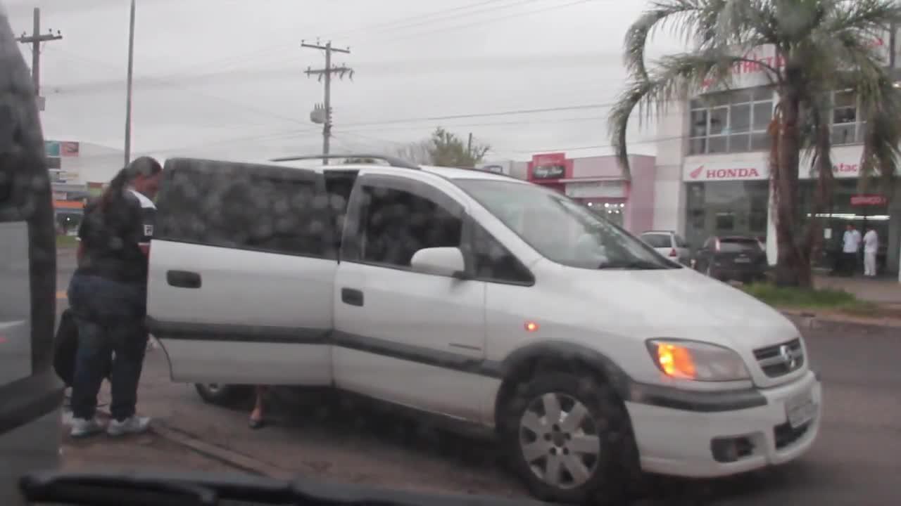 Mesmo após denúncia, taxistas clandestinos continuam atuando na Restinga. 22/11/2013