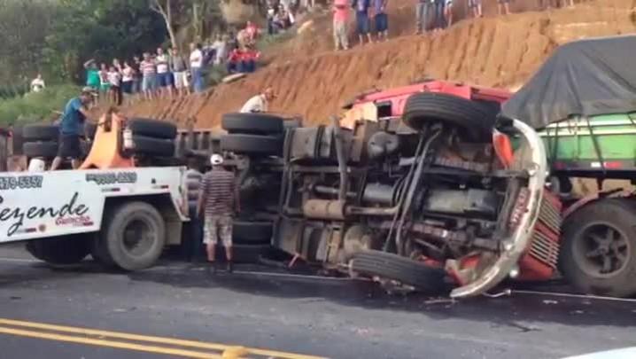 Colisão frontal entre caminhões deixa um ferido em Laguna. 23/12/2013