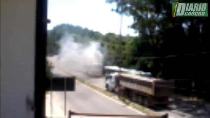 Leitor flagra ônibus em chamas no Bairro Lomba do Pinheiro