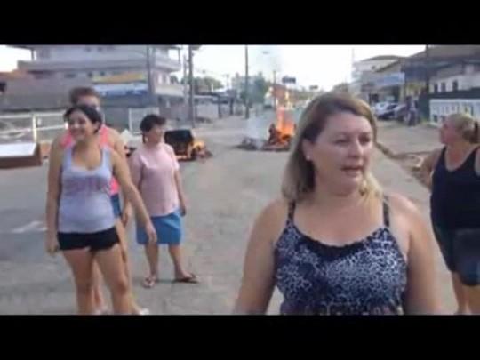 Moradores fecham ruas e queimam móveis e eletrodomésticos em protesto na zona Sul de Joinville