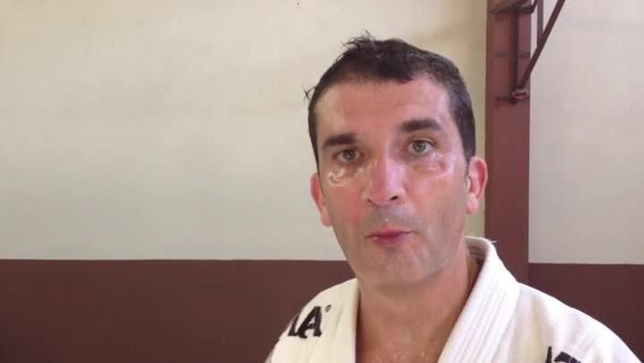 Conheça a raspada da guarda do jiu-jitsu. 03/04/2014