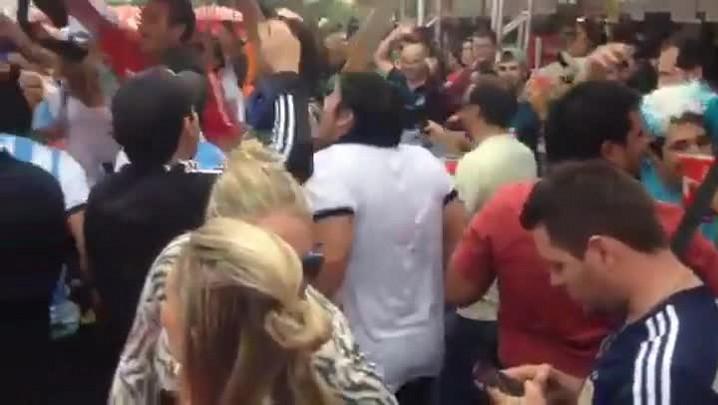 Argentinos animam Fan Fest e cantam com gremistas e colorados - 22/06/2014