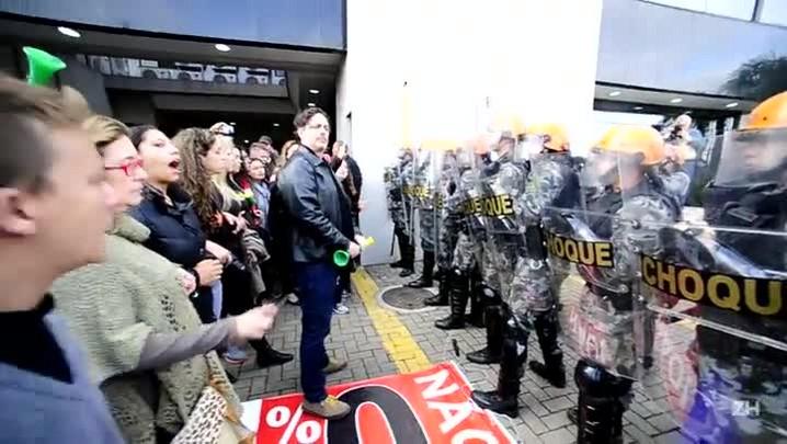 Professores em greve ocupam prefeitura de São Leopoldo