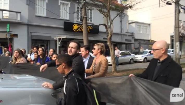Motorista tenta furar bloqueio de lojistas que pedem mais segurança na Avenida Júlio, em Caxias