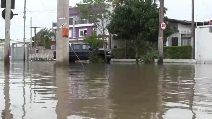 Guaíba volta a subir e alaga avenida na Zona Sul de Porto Alegre