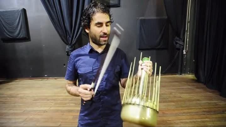 Luís Bittencourt toca um Waterphone, instrumento que utiliza água em seu interior