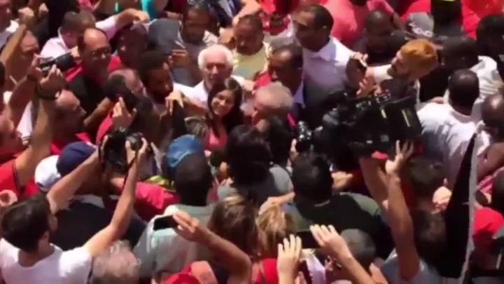 Lula foi ao encontro dos militantes que estavam em frente ao seu apartamento, em São Bernardo do Campo